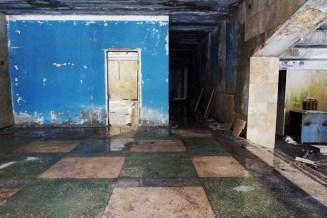 Im Erdgeschoss eines verfallenden Hauses