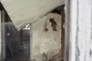 In einem leeren Haus sehe ich diese aufgehängte Puppe