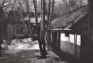 Leere Häuser in einem verlassenen Dorf in der Sperrzone