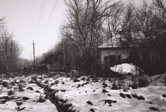 Stromleitungen führen durch verfallene Ortschaften