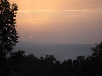 Abendsonne über den bewaldeten Hügeln von Kaffa, Äthiopien