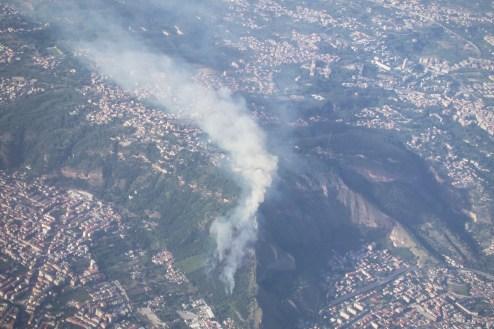 Ein Waldbrand in stark besiedeltem Gebiet.