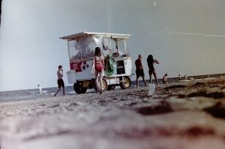 Ein Strandwagen mit kühlen Getränken am Lido
