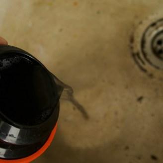 Schwarze Brühe aus dem Döschen: Die Remjet-Schicht löst sich in heißem Sodawasser auf. Zumindest größtenteils...