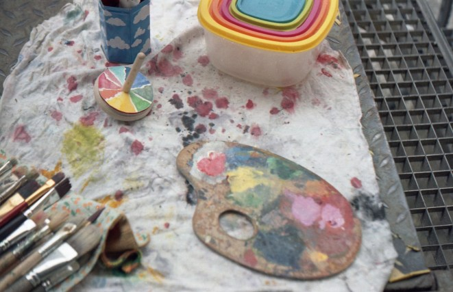 Farbtest - Bild mit vielen verschiedenen Farben im Atelier