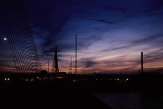 Abendhimmel über der Nordstadt, auf der Autobahnbrücke über den Rhein