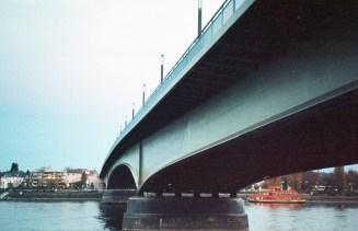 Kurz vor dem Sonnenuntergang schwingt sich die Kennedybrücke in schönen Farben über den Rhein