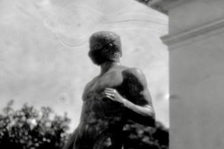 Schlieren wabern um den Kopf dieser Corona-Maskierten Skulptur