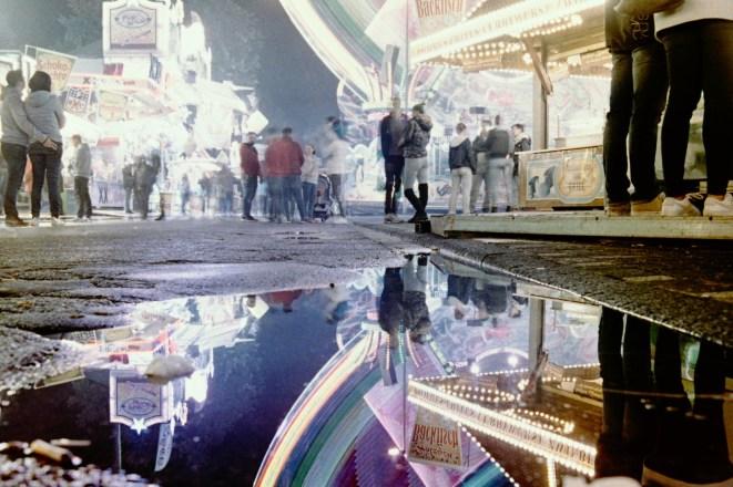 Lichter und eine junge Frau auf Pützchens Markt