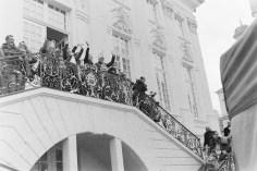 Das Prinzenpaar und der Oberbürgermeister winken vor dem alten Rathaus