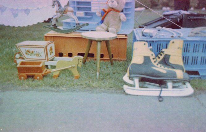 Flohmarkt in der Rheinaue - Schlittschuhe, Teddy und altes Spielzeug