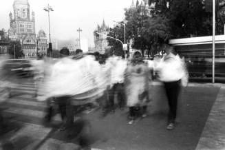 Über die Straße beim großen Bahnhof in Bombay