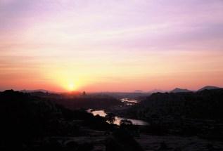 Abendlicht über Hampi mit Himmel voller Farben
