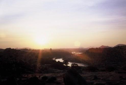 Abendlicht über Hampi mit kleinem Lensflare