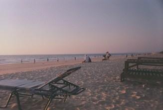 Blick über den Strand im lila Abendlicht