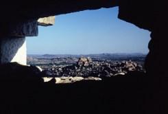 Durchblick auf die Landschaft um Hampi, im Tempel auf Matanga Hill