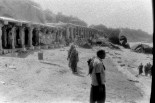 Menschen in der Sonne vor dem Sree Kodandarama Tempel bei Hampi (2)