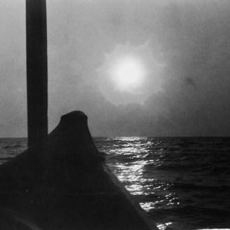 Nass gespritzte Kamera bei einer Fahrt auf dem Meer 2