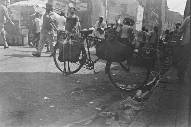 Ordentlich geparktes Fahrrad am Straßenrand im Bazaar District