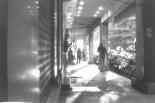 Schräges Abendlicht in Panjim, Abends beim Schaufensterbummel