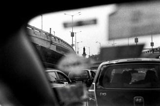 Im Stau unterwegs mit dem Auto in Bombay