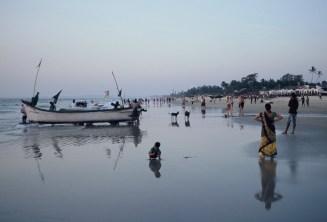 Strandszene mit Fischerboot, Kind und Hunden