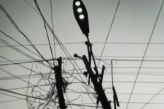 Verkabelung am Strommast mit Straßenlaterne
