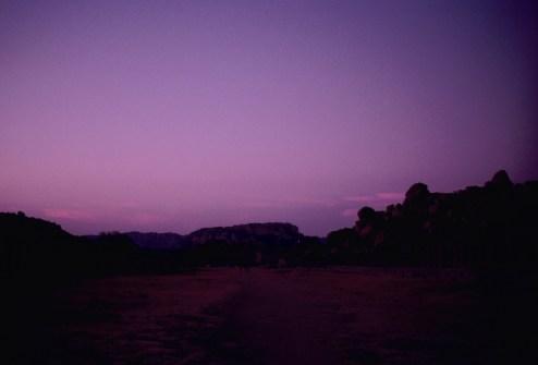 Violetter Abendhimmel mit Felsen in Hampi