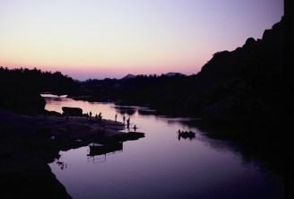 Waschende Abends am Fluss in Hampi mit Rundboot