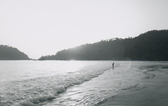 Figur am Meer im Abendlicht