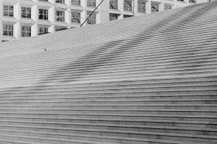 Leere Treppe am Vormittag, vor dem Arche de La Défense