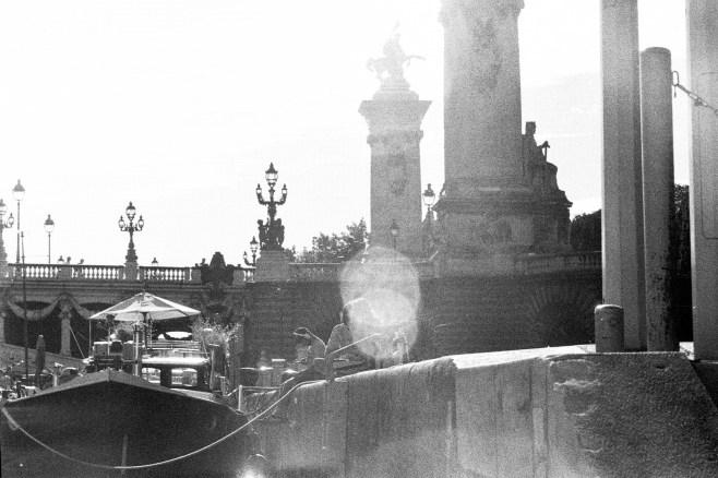 Zwei Lens Flares treffen sich über einem verliebten Pärchen am Seineufer