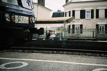 Giverny - zwei als Elfen verkleidete Mädchen warten auf den Zug