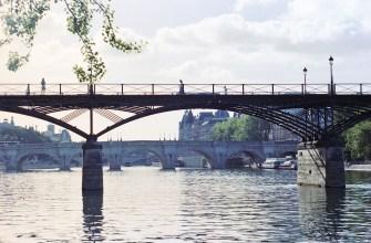 Die Pont des Arts in weichem Abendlicht