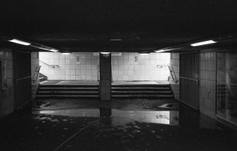 Schwarzweiße Wände und Spiegelungen - Berlin - 3