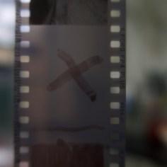 Mit Entwickler habe ich ein X auf den fixierten Film gezeichnet. Eigentlich dürfte man nichts sehen. Aber leider...
