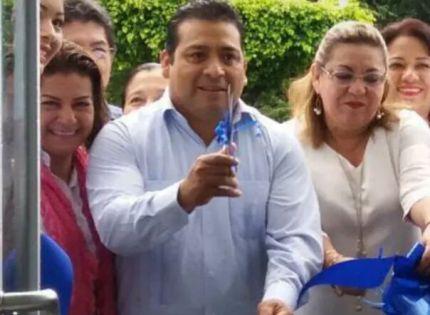 Julio Ortega corta listón inaugural  de nuevas oficinas de Bancomer.