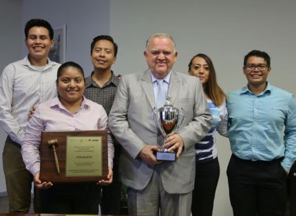 Felicita Magistrado Presidente Edel Álvarez a jóvenes participantes del Concurso Nacional de Juicios Orales