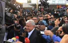 AMLO emitió su voto; deseó unas elecciones en paz