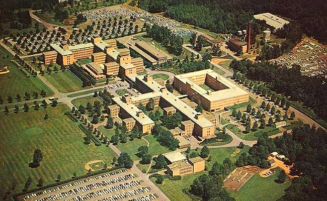 A postcard view of the completed Bell Labs campus in Summit, New Jersey, circa 1961.