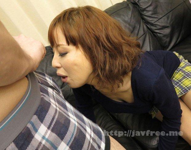 [HD][AMOZ-060] 「そんなつもりで来たんじゃない」なんて言ってるくせにセンズリから目が離せないおばさんは、戸惑いながらもつい触って舐めてチュポチュポ、挿入までさせちゃいました!!特選20人DX