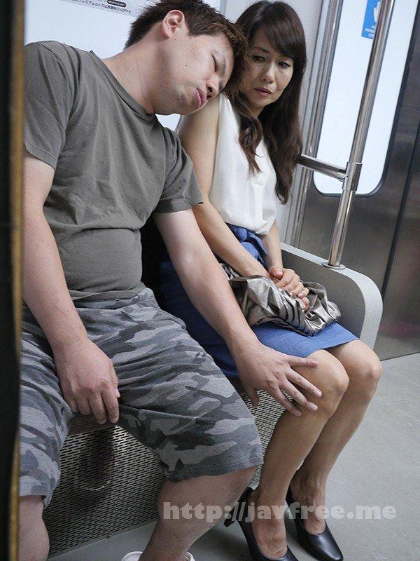 [UMSO-404] 『え、こんな私のカラダで興奮するの?』女を忘れかけ無警戒に乗り込んだ電車内で若い青年に熟れた胸や尻を弄られたおばさんは感じまいと必死に抵抗するが、性感帯を刺激された瞬間スイッチが入ってしまった作品集 2