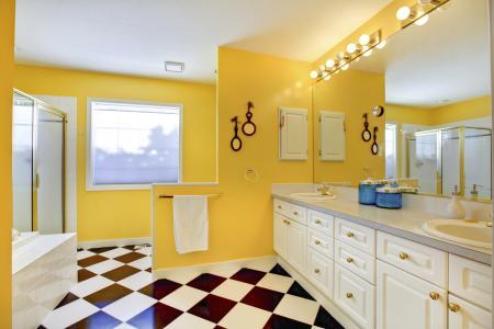 Phòng tắm màu vàng tươi