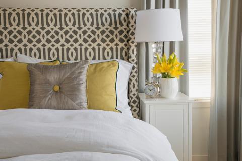 giường đương đại với gối