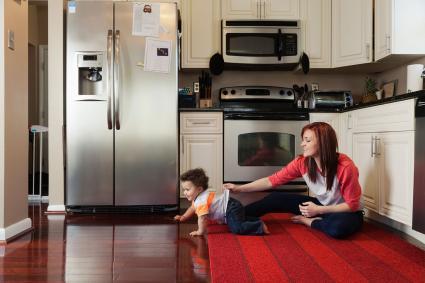 Nhà bếp hiện đại với tấm thảm đỏ