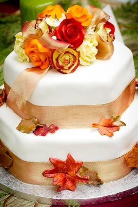 How to Decorate Fall Wedding Cakes Fall wedding cake with leaves and roses