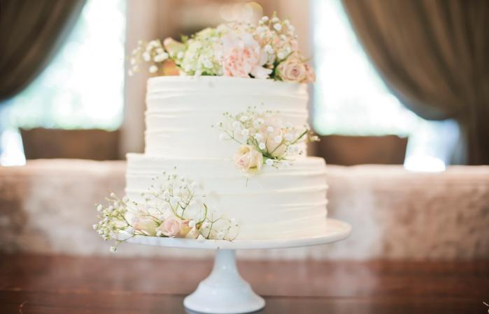 Simple Wedding Cakes With Fresh Flowers