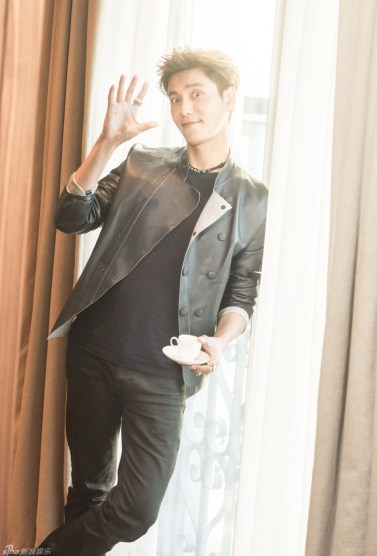 Chen Kun looking good in his hotel room in Milan. I have no idea what he's wearing.