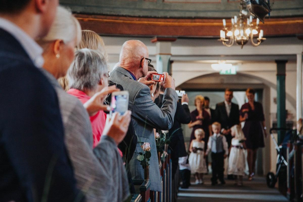 Johanna & Daniels bröllop Vallda kyrka bröllopsfotograf Cfoto cattis fletcher Kungsbacka göteborg