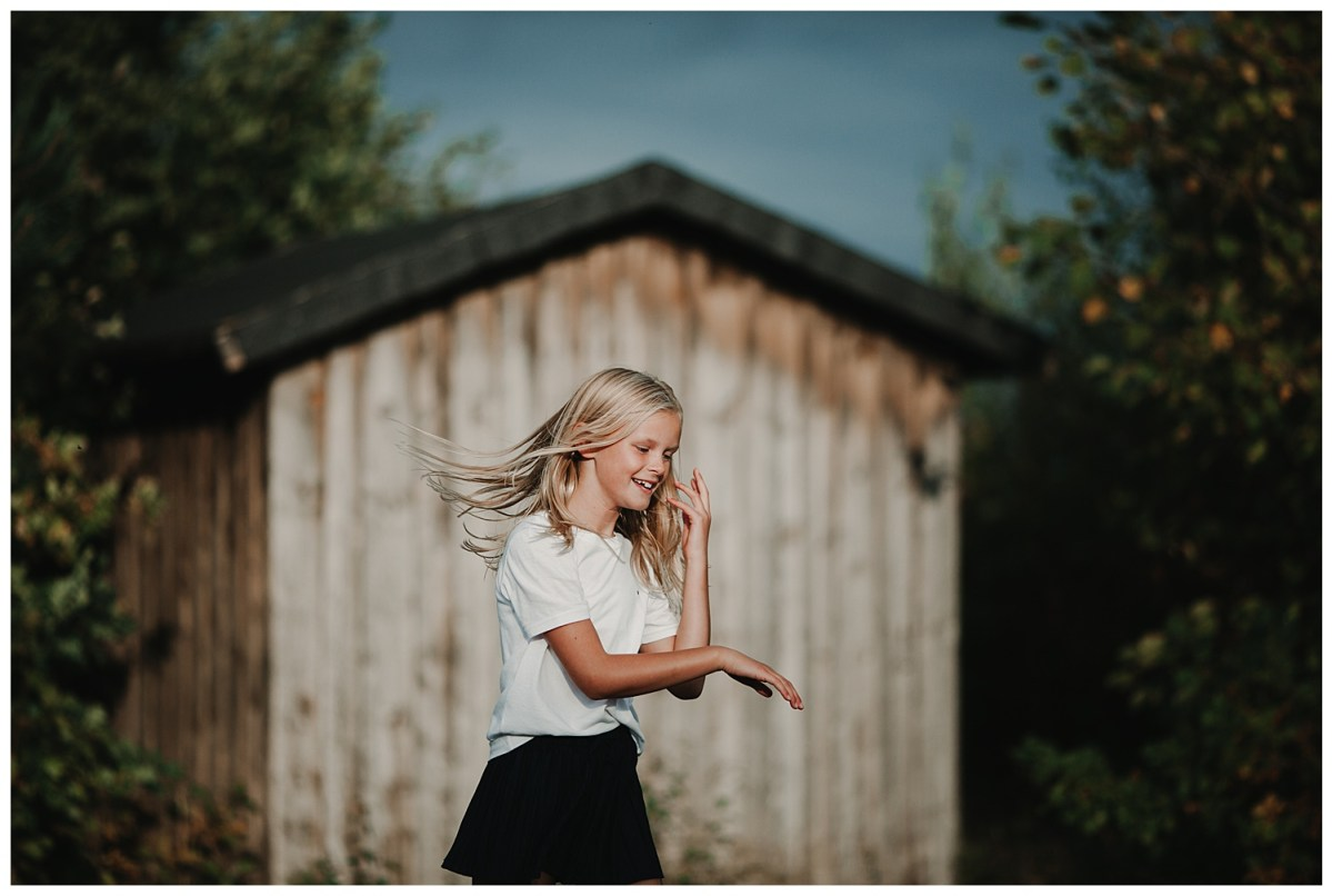 porträttfotograf Kungsbacka Göteborg dotter vid skjul portrait photographer family photoshoot